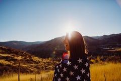 Mujer con el indicador americano Fotos de archivo libres de regalías
