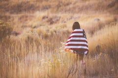 Mujer con el indicador americano Imagenes de archivo