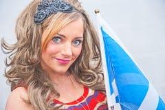 Mujer con el indicador escocés Foto de archivo libre de regalías