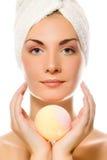Mujer con el jabón del aroma Foto de archivo libre de regalías