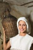 Mujer con el jarro del vino Imagen de archivo libre de regalías