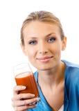 Mujer con el jugo de tomate imagen de archivo libre de regalías