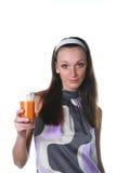 Mujer con el jugo de zanahorias Foto de archivo libre de regalías