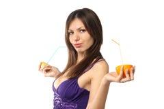 Mujer con el jugo fresco de la fruta cítrica Imágenes de archivo libres de regalías