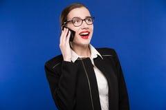 Mujer con el lápiz labial rojo en su teléfono de la mano Fotos de archivo