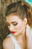 Mujer con el lápiz labial rojo y maquillaje coloreado, retrato en naturaleza Mirada al lado Sus ojos cubiertos Fotografía de archivo