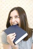 Mujer con el libro Fotos de archivo