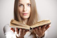 Mujer con el libro Foto de archivo libre de regalías