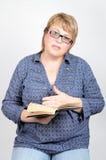 Mujer con el libro, aislado foto de archivo