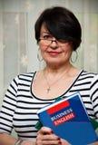 Mujer con el libro del asunto fotografía de archivo libre de regalías