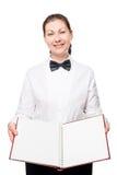 mujer con el libro del menú que presenta en un fondo blanco Fotografía de archivo libre de regalías