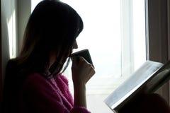 Mujer con el libro y el café Imágenes de archivo libres de regalías