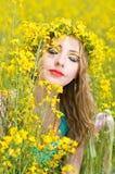 Mujer con el limón afuera Imagen de archivo