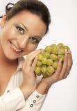 mujer con el manojo de uvas imagen de archivo libre de regalías