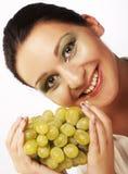 Mujer con el manojo de uvas foto de archivo