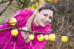 Mujer con el manzano otoñal Imagen de archivo
