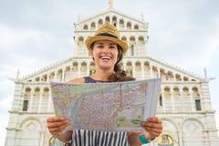 Mujer con el mapa delante de los di Pisa, Pisa del duomo Fotos de archivo