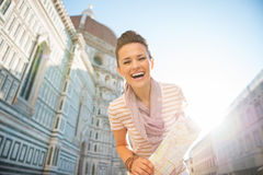 Mujer con el mapa delante del cattedrale en Florencia Fotos de archivo