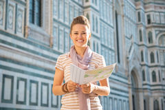 Mujer con el mapa delante del cattedrale en Florencia Imagen de archivo
