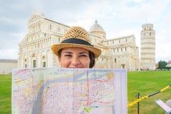 Mujer con el mapa en el miracoli del dei de la plaza, Pisa Fotos de archivo libres de regalías