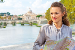 Mujer con el mapa en el ponte Umberto del puente I en Roma Foto de archivo