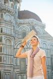 Mujer con el mapa en Florencia, Italia Imágenes de archivo libres de regalías