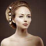Mujer con el maquillaje creativo de perlas Chica joven de la belleza con a Foto de archivo libre de regalías