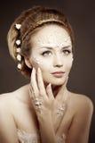 Mujer con el maquillaje creativo de perlas Chica joven de la belleza con a Imagen de archivo
