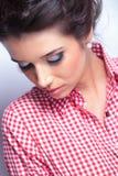 Mujer con el maquillaje de la belleza que mira abajo Fotos de archivo