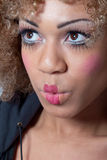 Mujer con el maquillaje del payaso que parece sorprendido Foto de archivo