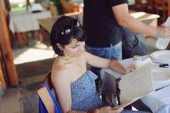 Mujer con el menú Imagen de archivo libre de regalías