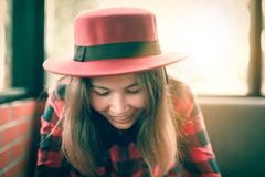 Mujer con el mensaje hermoso de la lectura de la sonrisa en duri del teléfono móvil fotografía de archivo