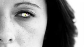 Mujer con el mundo que da vuelta en la cámara lenta estupenda en su ojo almacen de video