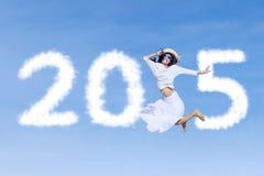 Mujer con el número 2015 en el cielo Foto de archivo
