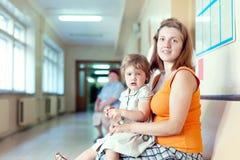 Mujer con el niño en la clínica Foto de archivo libre de regalías