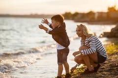 Mujer con el niño en la playa Fotos de archivo libres de regalías