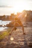 Mujer con el niño en la playa Foto de archivo
