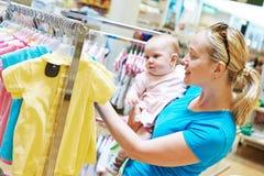 Mujer con el niño en tienda imagenes de archivo