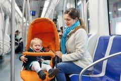 Mujer con el niño gritador en el subterráneo fotografía de archivo