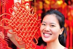 Mujer con el nudo chino Fotos de archivo