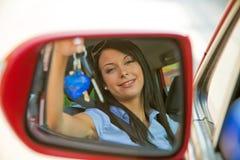 Mujer con el nuevo coche y claves del coche Imágenes de archivo libres de regalías