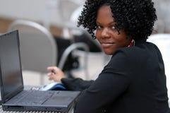 Mujer con el ordenador fotos de archivo libres de regalías