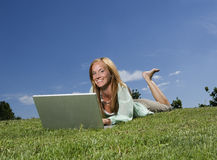 Mujer con el ordenador imágenes de archivo libres de regalías