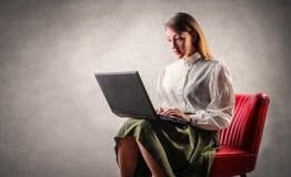 Mujer con el ordenador imagen de archivo libre de regalías