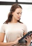 Mujer con el ordenador o el panel táctil de la PC de la tableta Fotografía de archivo