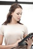 Mujer con el ordenador o el panel táctil de la PC de la tableta Fotografía de archivo libre de regalías
