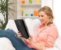 Mujer con el ordenador o el panel táctil de la PC de la tableta dentro Imagenes de archivo