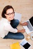 Mujer con el ordenador portátil Fotografía de archivo