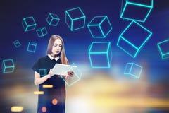 Mujer con el ordenador portátil, cubos azules foto de archivo libre de regalías