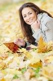 Mujer con el ordenador portátil en otoño Fotografía de archivo libre de regalías